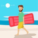 Homem novo do moderno com colchão de ar que anda ao longo da praia Foto de Stock Royalty Free