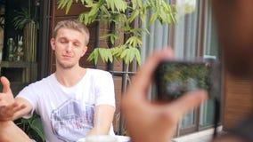 Homem novo do moderno que fala na câmera Entrevista video da gravação de Vlogger 4K filme