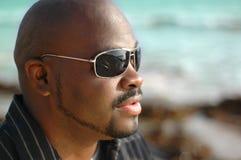 Homem novo do quadril na praia Foto de Stock Royalty Free