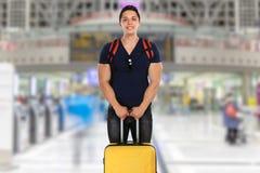 Homem novo dos feriados das férias com o travelin do curso do aeroporto da bagagem imagens de stock royalty free