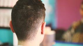 Homem novo dos penteados da vista geral video estoque