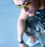 Homem novo e óculos de sol Fotografia de Stock