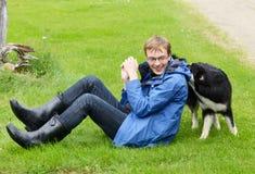 Homem novo e animal de estimação Imagens de Stock Royalty Free