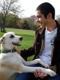 Homem novo e cão Fotografia de Stock Royalty Free