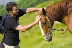 Homem novo e cavalo fotografia de stock