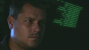 Homem novo e corredor de programação do código filme