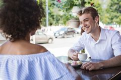 Homem novo e mulher alegres que datam e que passam o tempo junto imagens de stock