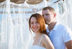 Homem novo e mulher ao ar livre fotos de stock