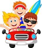 Homem novo e mulher dos desenhos animados que têm o divertimento que conduz o carro Fotos de Stock Royalty Free