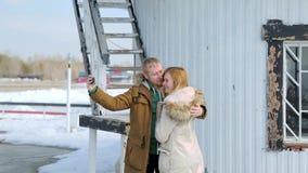 Homem novo e mulher dos pares que abraçam nos revestimentos video estoque