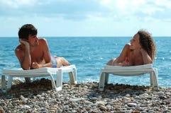 Homem novo e mulher na praia Fotografia de Stock Royalty Free