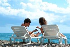 Homem novo e mulher na praia Fotos de Stock Royalty Free