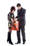 Homem novo e mulher, olhar no saco. Imagem de Stock