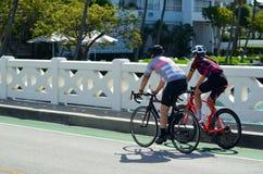 Homem novo e mulher que Bicycling em Venetia Causeway em Miami Beach imagem de stock royalty free