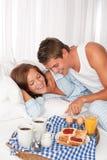 Homem novo e mulher que comem o pequeno almoço junto imagem de stock royalty free