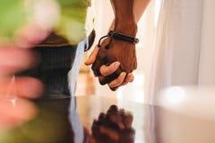 Homem novo e mulher que guardam as mãos fotografia de stock
