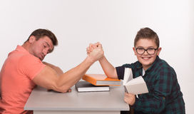Homem novo e sua luta romana de braço do filho fotografia de stock royalty free