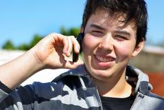 Homem novo e telefone de mobil. Imagens de Stock