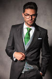 Homem novo elegante no revestimento do smoking que guarda o botão Fotos de Stock Royalty Free
