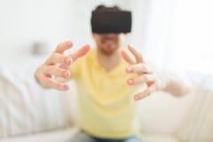 Homem novo em auriculares da realidade virtual ou em vidros 3d Fotos de Stock Royalty Free