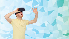 Homem novo em auriculares da realidade virtual ou em vidros 3d Imagem de Stock Royalty Free