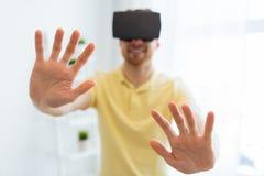 Homem novo em auriculares da realidade virtual ou em vidros 3d Imagens de Stock