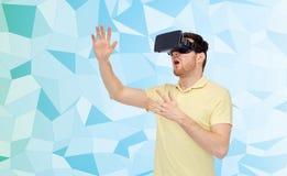 Homem novo em auriculares da realidade virtual ou em vidros 3d Foto de Stock Royalty Free