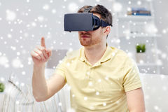 Homem novo em auriculares da realidade virtual ou em vidros 3d Fotos de Stock