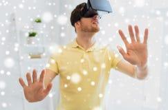 Homem novo em auriculares da realidade virtual ou em vidros 3d Imagens de Stock Royalty Free