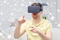 Homem novo em auriculares da realidade virtual ou em vidros 3d Foto de Stock