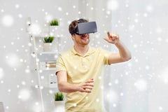 Homem novo em auriculares da realidade virtual ou em vidros 3d Fotografia de Stock