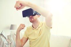 Homem novo em auriculares da realidade virtual ou em vidros 3d Imagem de Stock