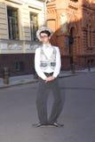 Homem novo em caminhadas da roupa elegante Fotos de Stock Royalty Free