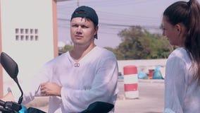 Homem novo em negociações pretas do tampão à senhora bonita na camisa branca video estoque