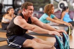 Homem novo em um gym Foto de Stock