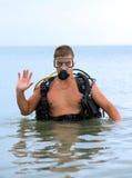 Homem novo em um terno de mergulho Foto de Stock Royalty Free