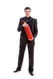Homem novo em um terno que prende um extintor de incêndio. Imagem de Stock