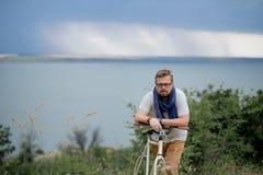 Homem novo em uma bicicleta Imagem de Stock Royalty Free