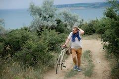 Homem novo em uma bicicleta Fotografia de Stock