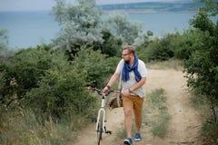Homem novo em uma bicicleta Fotos de Stock Royalty Free