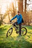 Homem novo em uma bicicleta fotografia de stock royalty free