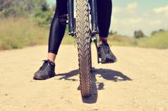 Homem novo em uma bicicleta de montanha Imagem de Stock Royalty Free
