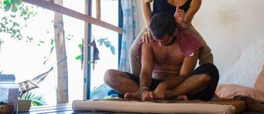 Homem novo em uma massagem imagem de stock royalty free