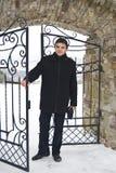 Homem novo em uma porta soldada Fotos de Stock Royalty Free