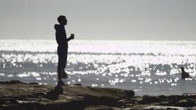 Homem novo em uma praia filme