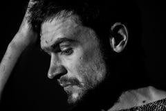 Homem novo, emoções tristes, fotografia preto e branco Imagens de Stock