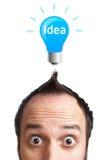 Homem novo engraçado com a ampola sobre sua cabeça foto de stock royalty free