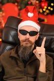 Homem novo engraçado no chapéu de Papai Noel Imagens de Stock Royalty Free