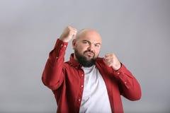 Homem novo excesso de peso na camisa vermelha foto de stock royalty free