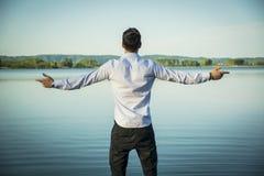 Homem novo exterior com apreciação aberta da propagação dos braços Imagem de Stock Royalty Free